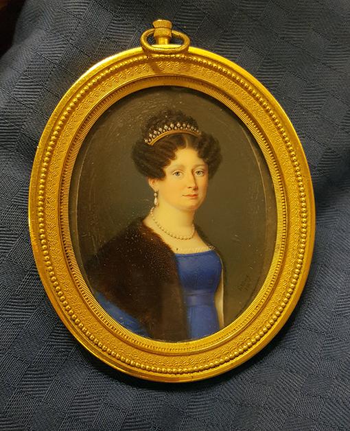 Porträtt av en kvinna med diadem och pälsboa i rund guldram