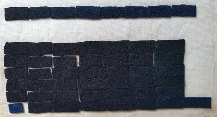 pappersark med färgprover i blå nyanser
