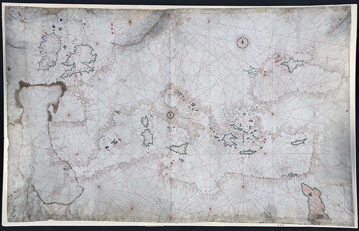 hela den handritade portrolankartan, som visar konturerna av medelhavet, utmärkt med kompassriktningar och namnen på hamnarna utsatt
