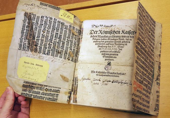 en uppslagen bok, där man ser pergamentomslag och titelblad