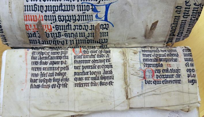 närbild på pergamentfragemnt från två olika skrifter insatta bredvid varandra