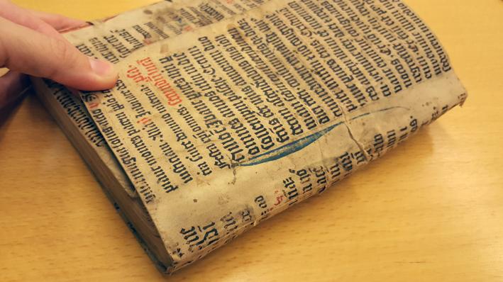 närbild på att man kan fälla upp en pergamentflik över främre snittet