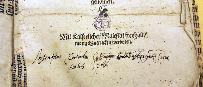 närbild på handskriven text samt en blå bläckstämpel