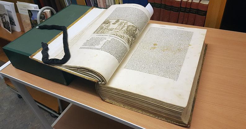 ett uppslaget exemplar av boken