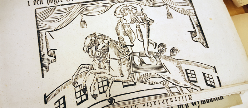 träsnitt på en man och en kvinna balanserar på var sin hästrygg och håller i varandra