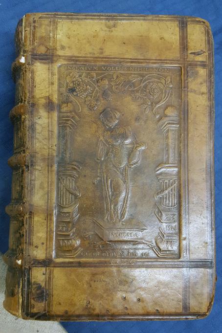 Lucretia med en dolk mot sitt bröst på en bok