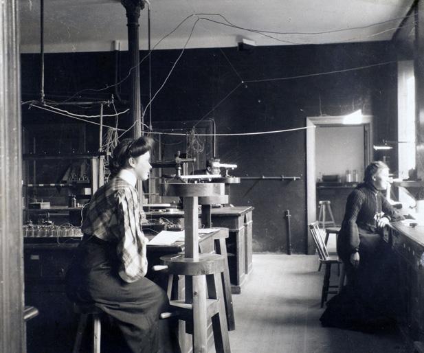 två kvinnor- sittande i ett laboratorium