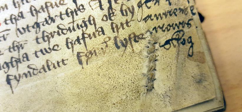 hopsytt hål i pergamentet