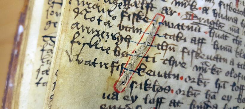 lagning mitt i text, där lagningen markerats med en kontur i rött
