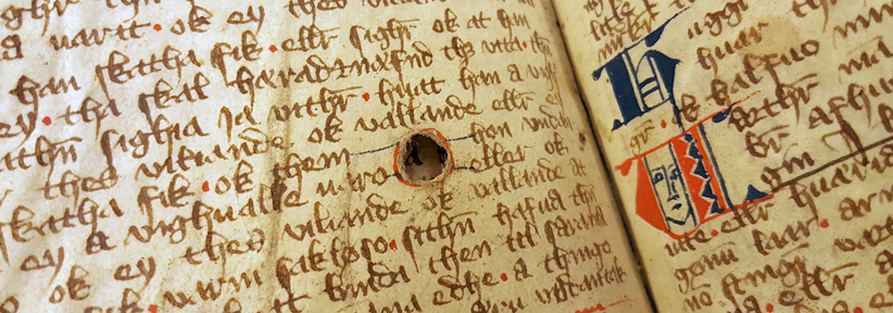 ett runt hål på ett pergamentblad. texten fortsätter runt hålet.