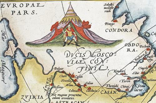 detalj på kartan visar en man utanför ett tält