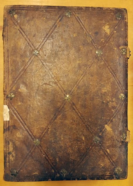 framsidan av volymen, ett brunt skinnband med små metallbeslag i rutmönster