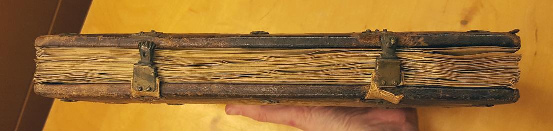 bild på bokens främre snitt med de två små spännena i form av händer