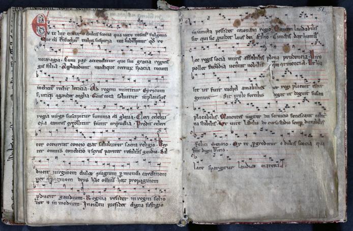 uppslag med noter präntade i svart, rött och blåttur handskriften