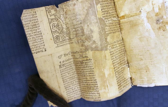 närbild på makulatur med polsk text och en avklippt bild på en kvinna med astrologiska tecken omkring