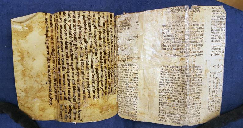 Pergamentbandet har vikts ut så att makulaturen i fodringen syns bra
