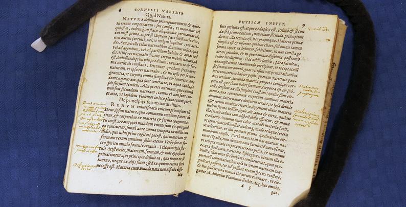 ett uppslag i boken med understrykningar och anteckningar i marginalen