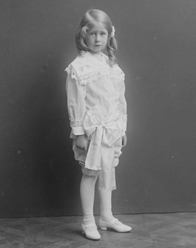 beskuren svartvit bild på pojke i vita kläder