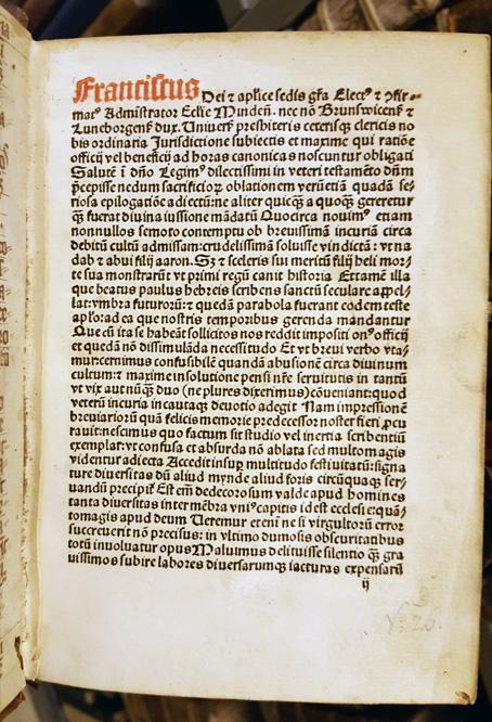 Bokens första sida med text i svart och första ordet i rött