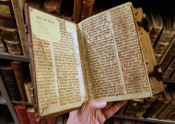 bild som visar insidan av främre pärmen med återanvänt medeltida pergament