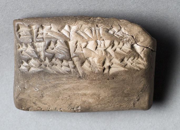 foto på en fyrkantid lertavla med inpressade kilskriftstecken
