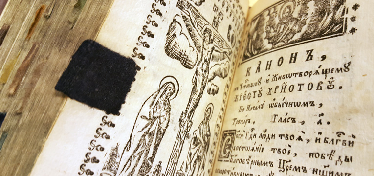 närbild på ett inklistrat bladmärke i mörkblått tyg