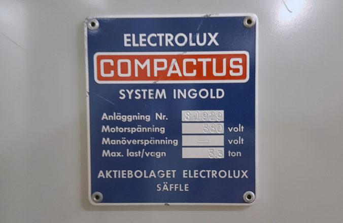 metallskylt i rött och blått med texten Electrolux Compactus