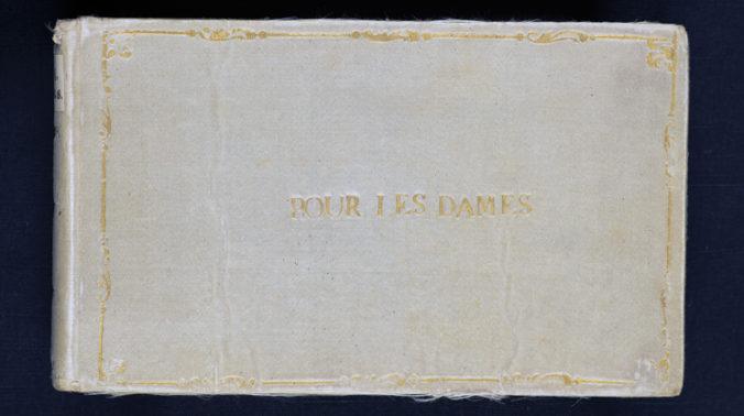 foto på en bok bunden i sidentyg med orden Por les dames i guldtryck på