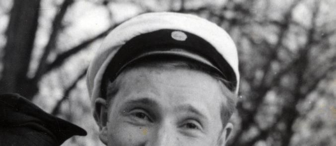detalj från foto, studentmössa på huvudet på en man, det enda man ser är hans ögon och panna