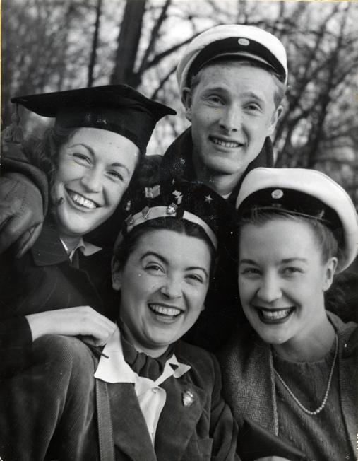 foto på tre kvinnor och en man, alla i studentmössor, två av dem vanliga svenska studentmössor, de andra tv svarta från sina respektive länder