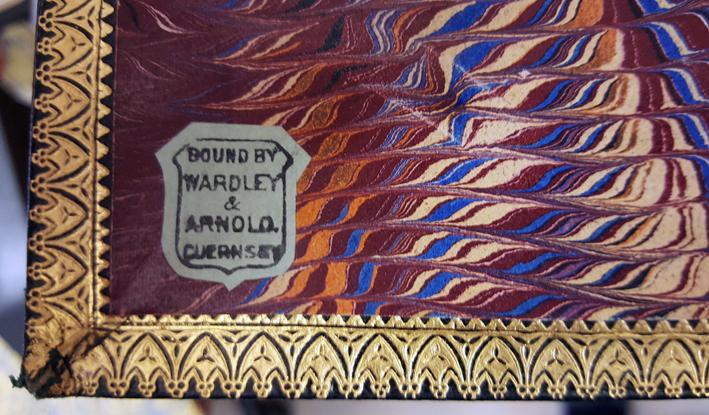 en inklistrad etikett på ett marmorerat blad med namnet på firman