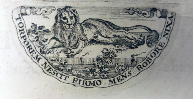 närbild på kopparstick med ett liggande lejon
