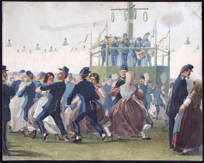 akvarell med soldater i blå uniformer och välfriserade skägg som dansar med kvinnor i allmogeklädsel, i bakgrunden en militärorkester som spelar runt midsommarstången