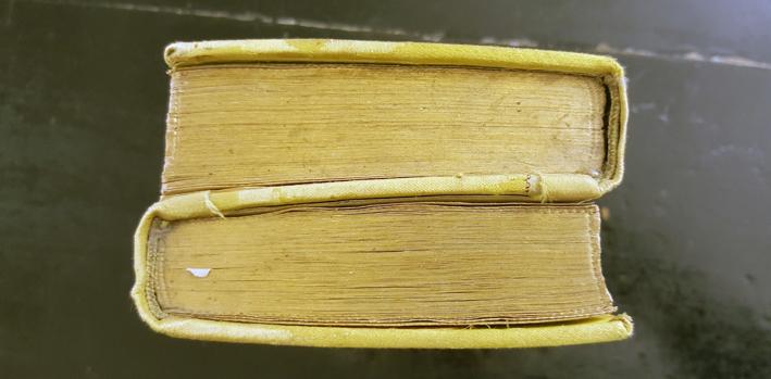 boken uppifrån, där man ser att den består av två delar bundna rygg mot rygg