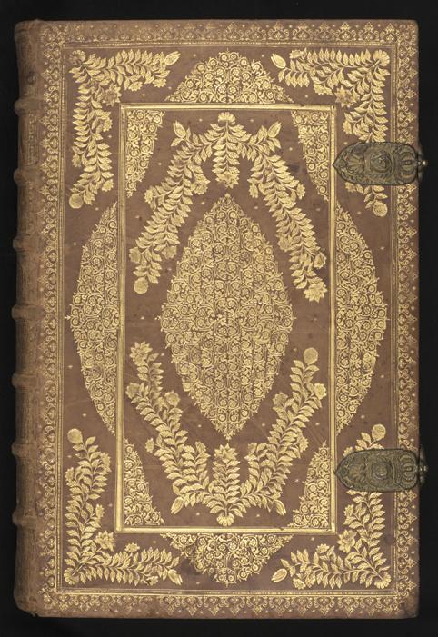 bild av främre pärmen av bibeln, i bruntskinn med en mängd guldtryckta växtrankor och spetsmönster i kanterna på boken