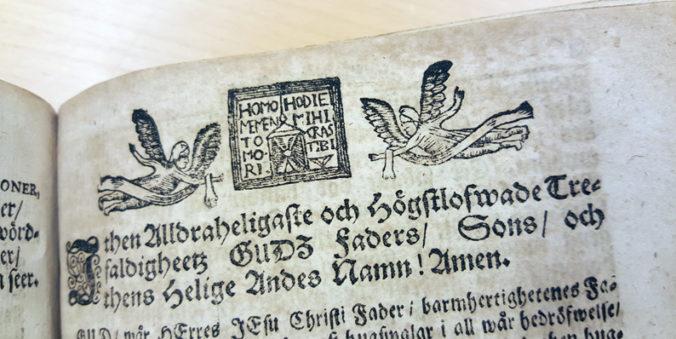 liten vinjett överst på en sida med två änglar i träsnitt