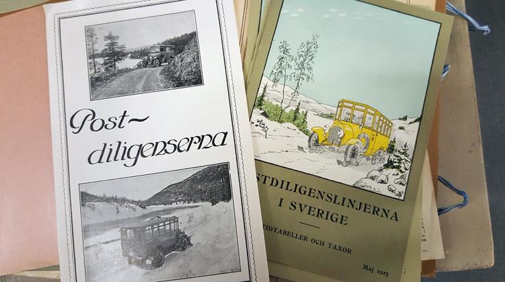 framsidorna på två foldrar om postdiligenserna, båda med äldre bussar på framsidorna