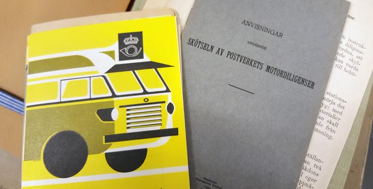 utsidorna på en modern folder från 1950-talet med en gul postbuss jämte en grå folder från 1920-talet