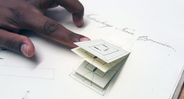 ett finger bläddrar fram de olika lagren i kartan över ett litet hur med kanoner i