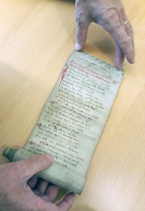 den första biten av pergamentrullen utrullad