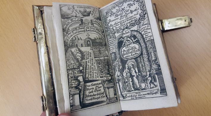 ett graverat titelblad med titel och bilder på en trädgård