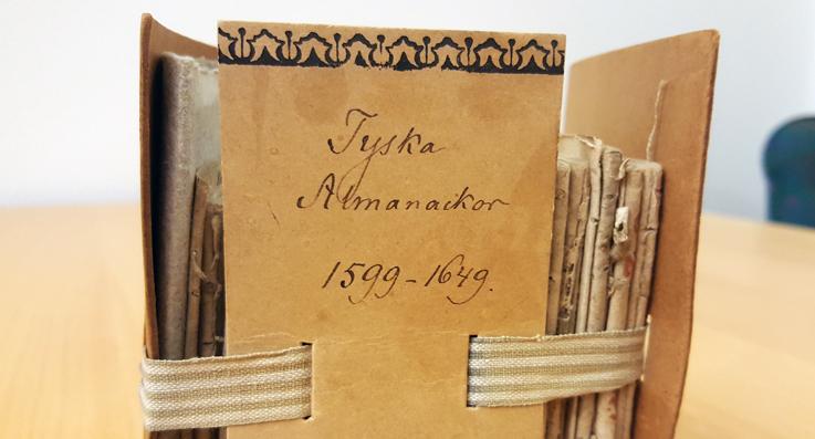bild på överdelen av dragkapseln där almanackan ligger förvarad, etiketten lyder Tyska almanackor 1599-1649