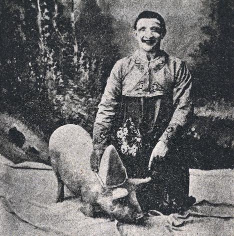 grynigt fotogafi med en clown med en gris med clownmössa på