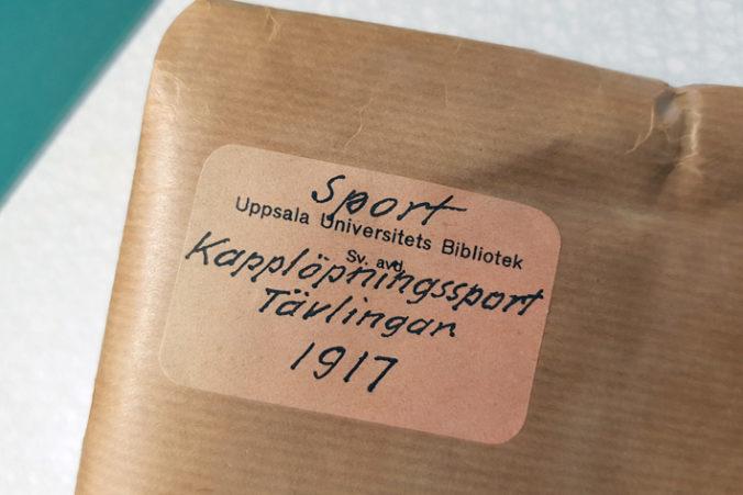 närbild på etikett på ett paket med brunt papper om