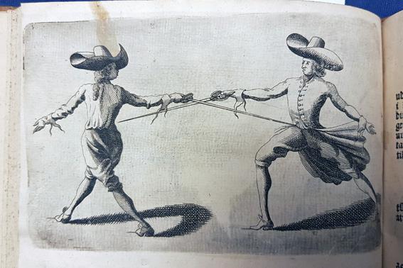 två män i stora hattar fäktas med korsade klingor, och den ene sticker den andre med värjan i magen