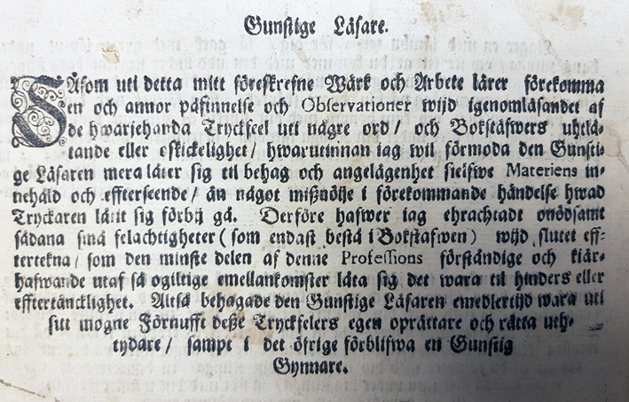 ett parti text ur boken, där föfattaren ber om ursäkt för stavfel. Texten är sklriven med gammaldags svårläst stil
