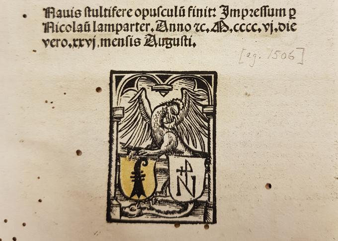boktryckarens boktryckarmärke med två vapensköldar med initialer under en fågel