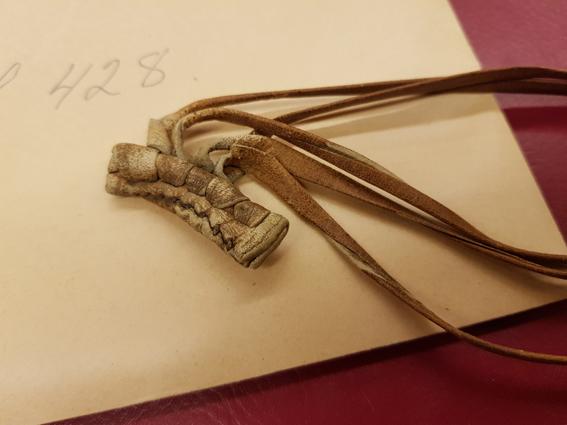 närbild på ljusbruna lädersnören på ett kuvert