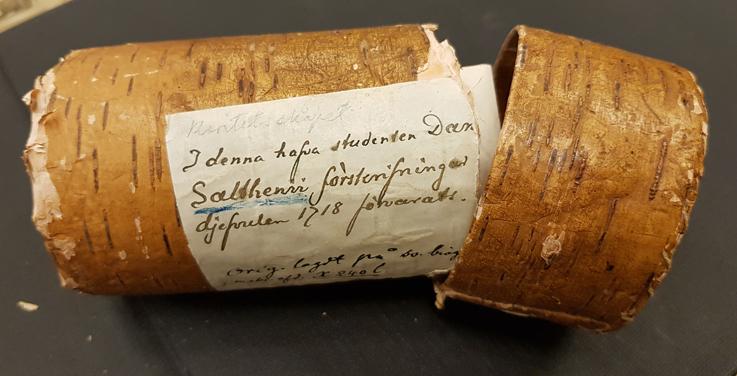 foto på en näverask som ser ut som en rulle, med en etikett på som säger att detta är salthenius näverask