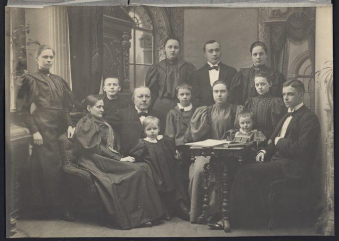 svartvitt foto på familjen karell där de sitter uppradade i vackra kläder